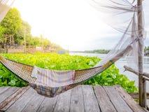 De wieg van Traditonal het Thaise cuture hangen op het vlot bij de hyacint van het rivierwater Ontspan tijd in de sunnyday vakant royalty-vrije stock fotografie