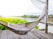 De wieg van Traditonal het Thaise cuture hangen op het vlot bij de hyacint van het rivierwater Ontspan tijd in de sunnyday vakant stock foto