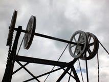 De wielen en de katrollen op de historische kanaalketting overbruggen in Huddersfield West-Yorkshire tegen grijze wolken royalty-vrije stock afbeelding