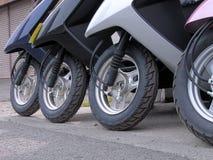 De wielen van de autoped in een rij Stock Foto's