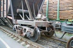 De wielen van de spoorwegauto op sporenclose-up Royalty-vrije Stock Afbeeldingen