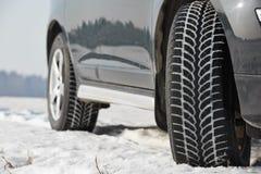 De wielen van de winterbanden op suvauto die in openlucht worden geïnstalleerd Stock Foto's