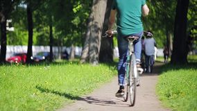 De wielen van fiets concentreren zich binnen, achterkant van het cirkelen jongensnadruk binnen Langzame Motie stock footage