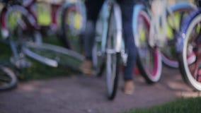 De wielen van fietsennadruk binnen, de holdingshanden van het achterkantpaar concentreren zich in de zomerdag stock video