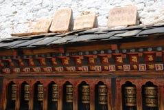 De Wielen van het gebed en de Gravure van de Rots stock afbeelding