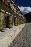 De wielen van het gebed en vlaggen, Shangrila, Yunnan Stock Foto's