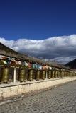 De wielen van het gebed en vlaggen, Shangrila, Yunnan Stock Afbeeldingen