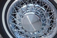 De wielen van de prestigebondgenoot op een uitstekende klassieke auto stock afbeeldingen