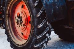 De wielen van de tractor in de sneeuw stock foto