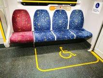 De de wielstoel en visie schaadden passagiers in de aangewezen rolstoelruimte op een trein royalty-vrije stock afbeeldingen