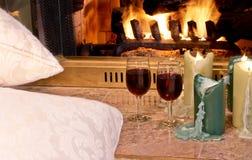De wijn & de kaarsen van het hoekje bij de haard Royalty-vrije Stock Foto