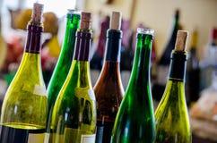 De wijn en de wijnflessen met kurken royalty-vrije stock foto's
