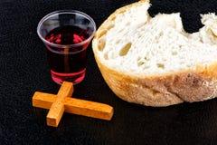 De Wijn en het Brood van de Heilige Communie Stock Foto's