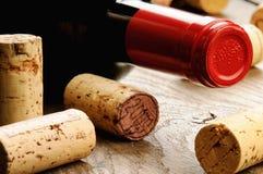 De wijn en kurkt royalty-vrije stock fotografie