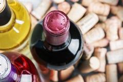 De wijn en kurkt royalty-vrije stock afbeelding