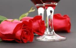 De wijn in glazen met nam toe Stock Foto