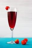 De wijn of het sap van de aardbei met bessen Stock Foto's
