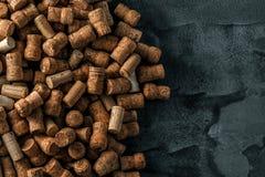 De wijn kurkt achtergrondachtergrond en achtergrondwijnglas stock fotografie