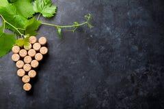 De wijn kurkt druivenvorm en wijnstok stock afbeeldingen