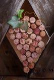De wijn kurkt in een houten kader Royalty-vrije Stock Afbeeldingen