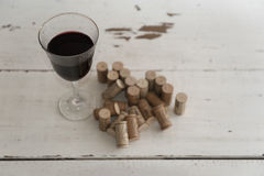 De wijn kurkt en glas wijn Royalty-vrije Stock Afbeelding