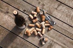 De wijn kurkt en kurketrekker royalty-vrije stock afbeeldingen