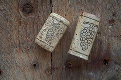 De wijn kurkt op houten achtergrond, Stock Foto