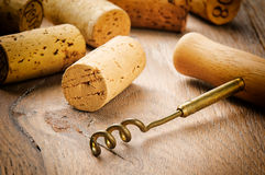 De wijn kurkt op houten lijst Stock Fotografie