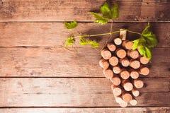 De wijn kurkt op lijst royalty-vrije stock afbeeldingen