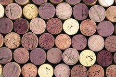 De wijn kurkt op zwarte achtergrond Stock Fotografie
