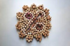 De wijn kurkt percentagekenteken op witte achtergrond royalty-vrije stock foto's