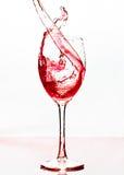 De wijn pourred in een glas Stock Afbeeldingen