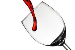 De wijn vult een wijnglas Stock Fotografie