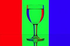 De wijnglazen van de domino op rood, groen en blauw Stock Foto's