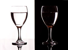 De wijnglazen van het contrast Stock Foto