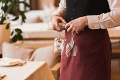 De wijnglazen van de kelnersholding Stock Foto's