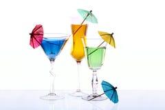 De wijnglazen worden gevuld met gekleurde dranken Royalty-vrije Stock Fotografie