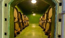 De wijnkelder waar de wijn adn giet rijpt Stock Foto's