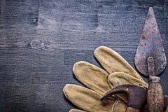 De wijnoogst bestrooide en roestte hulpmiddelenhamer en spattle op handschoen Stock Fotografie