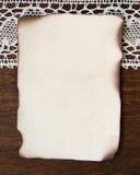De wijnoogst brandde document kaart en haakt kant Stock Fotografie