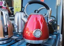 De wijnoogst stileerde elektrische ketels voor verkoop bij straatmarkt stock fotografie