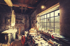 De wijnoogst stileerde het oude binnenland van de timmermansworkshop Stock Afbeelding