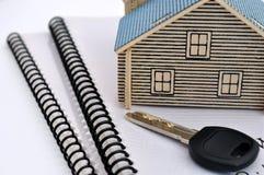 De wijze, de sleutel en de documenten van het huis Stock Afbeeldingen