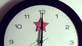 De wijzer beweegt zich afwisselend Kerstmistak en klokken aftelprocedure stock videobeelden