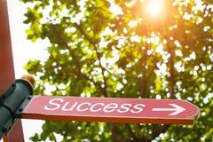De wijzer met pijl toont de richting aan succes in de zomerbos met lichten van zon royalty-vrije stock afbeelding