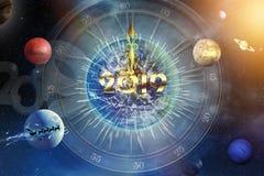 De wijzerplaat van het nieuwjaar` s uur op de achtergrond van kosmische ruimte royalty-vrije stock afbeeldingen