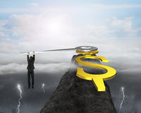 De wijzers van USD van de zakenmangreep op bergpiek met dramatisch Stock Foto