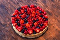 De wilde bessenmengeling met aardbeien, de frambozen, de braambessen, de bosbessen en redcurrants op een fruit koeken Royalty-vrije Stock Fotografie