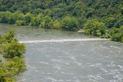 De wilde lijn van water over de rivier is een ondergedompelde weg Royalty-vrije Stock Afbeelding