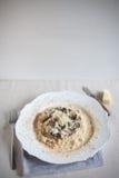 De wilde rijst van paddestoelrisotto met geraspte parmezaanse kaaskaas Royalty-vrije Stock Fotografie